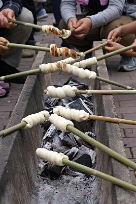 竹に巻きつけて焼くパン作り♪